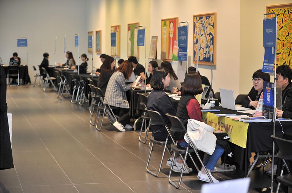사회적경제 조직에 대해 알아가는 참가자들