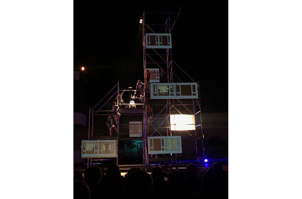 울리카 국제 거리극 축제에서 비주얼씨어터꽃 <마사지사>(좌)와 한국-호주 공동창작 <프레임시프트>(우) 공연장면 Ⓒ Jin Yim