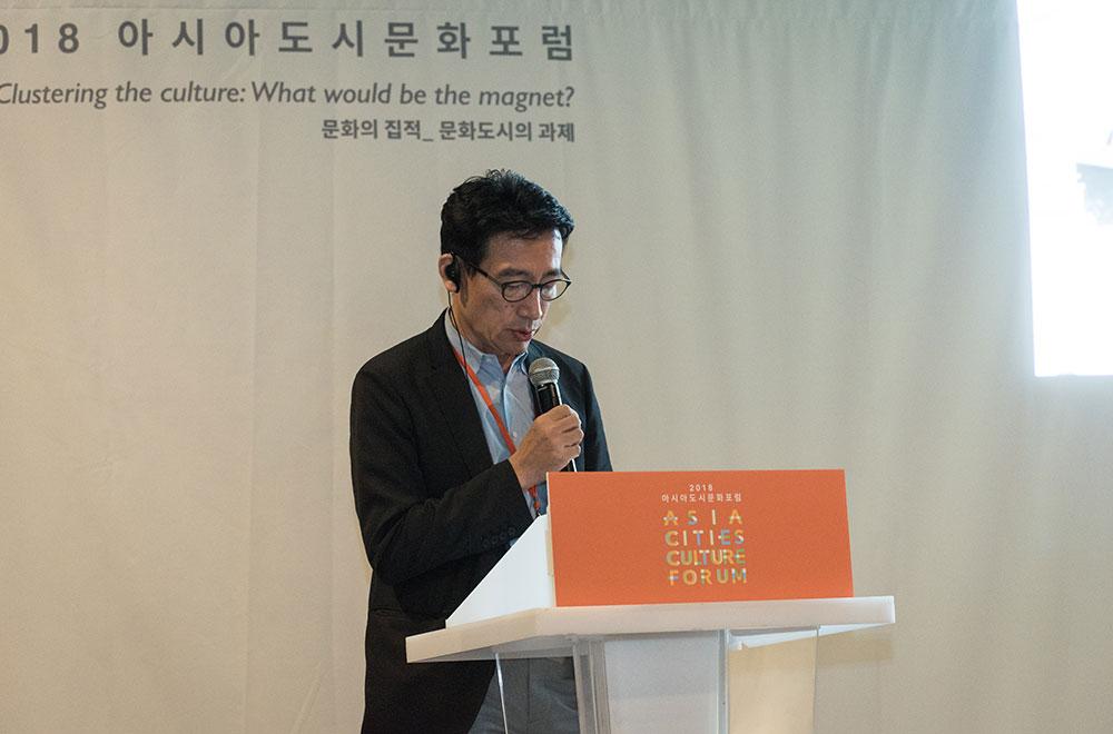 도쿄 문화자원지구 사례를 발표한 미츠히로 요시모토(좌), 문화적 도시재생 사례를 발표한 루시 민요(우)