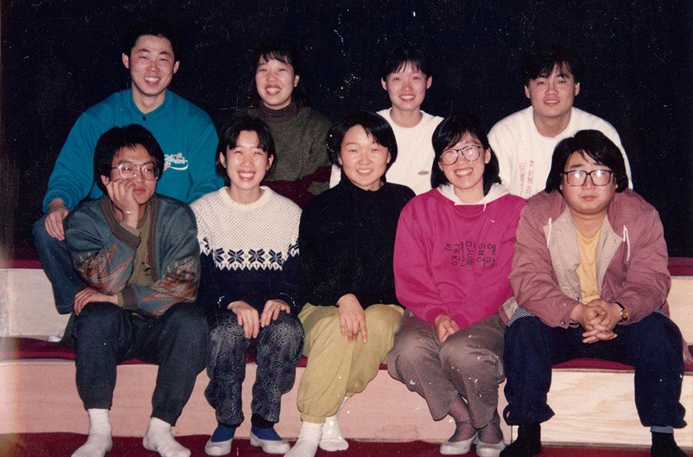 1991년 우금치 1기 입단식 사진(좌)와 최근 공연에서의 단체사진(우)