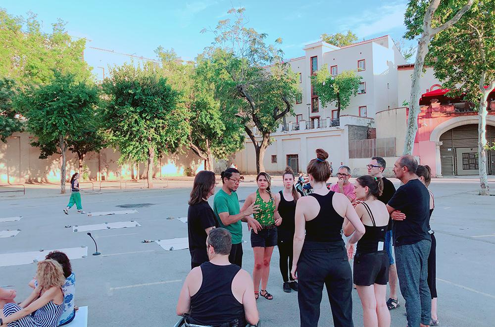 그렉축제(Grec Festival)에서 시민배우들과의 리서설 전 회의모습 (좌)과 공연장면(우)