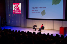 <span style='font-style:normal;background-color:#ffdf9a'>ISPA</span> 어워드를 수상한 탄 둔과 케네디 센터의 알리시아 아담스 ⓒ 2014 Joey Stamp