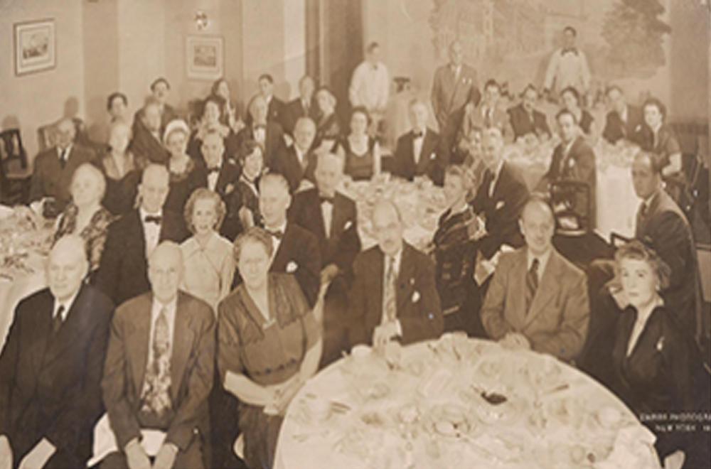 1948년 12월 14일 우드스톡 호텔(Hotel Woodstock in New York City)에서 열린 첫 집회