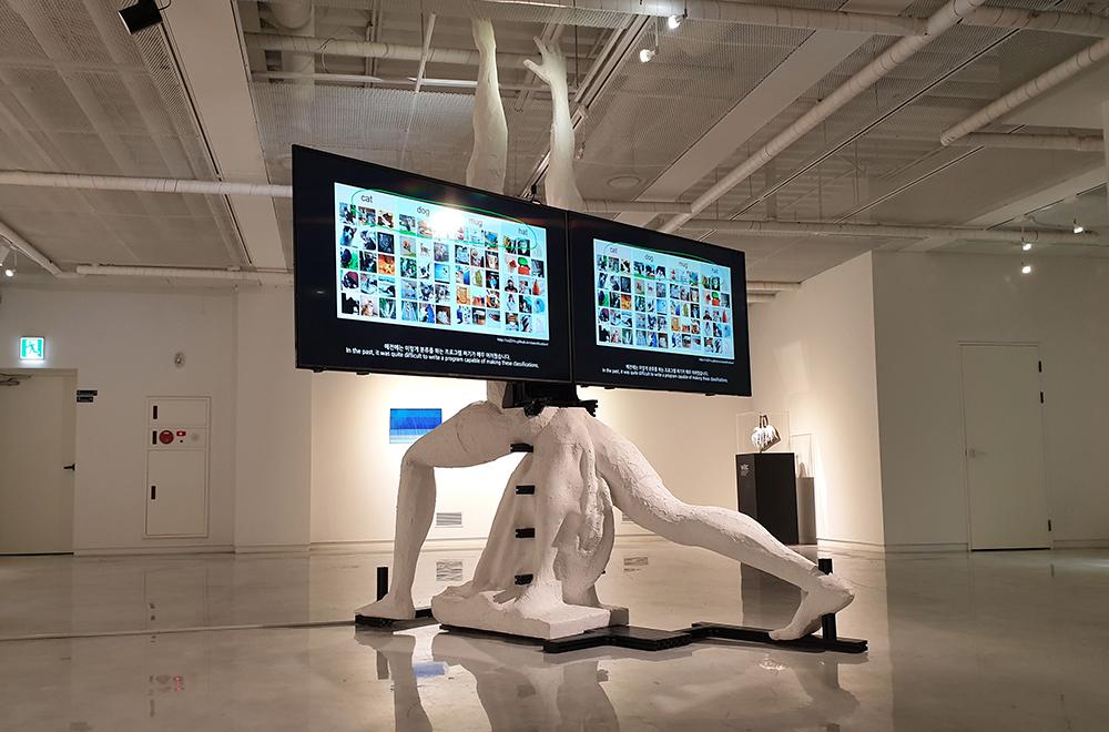 인공지능 기술을 이용한 작품 <종교는 믿든 것, 기술은 이해하는 것>